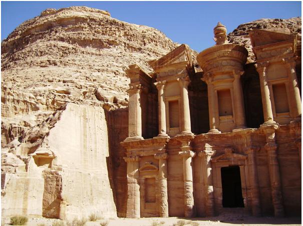 Таинственный город Петра - одна из достопримечательностей Иордании