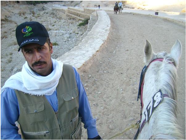 Местные жители и лошади уже ждут туристов