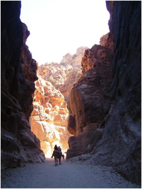 Дороги проходят через скалы